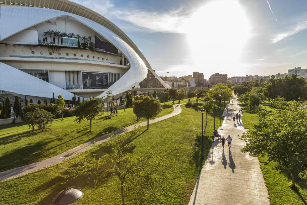 Parque en el antiguo cauce del río Turia, en Valencia.