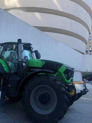 Tractor aparcado a las puertas del Museo Guggenheim de Nueva York durante la exposición 'Countryside. The Future', de Rem Koolhaas.