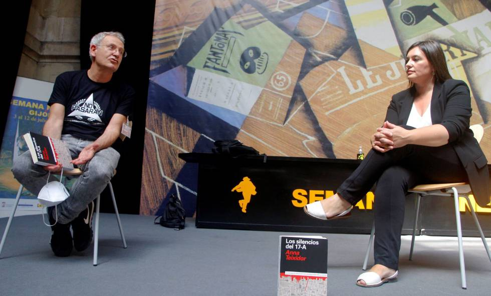 The journalist and writer Anna Teixidor accompanied by the director of the Black Week in Gijón, Ángel de la Calle, on Wednesday-