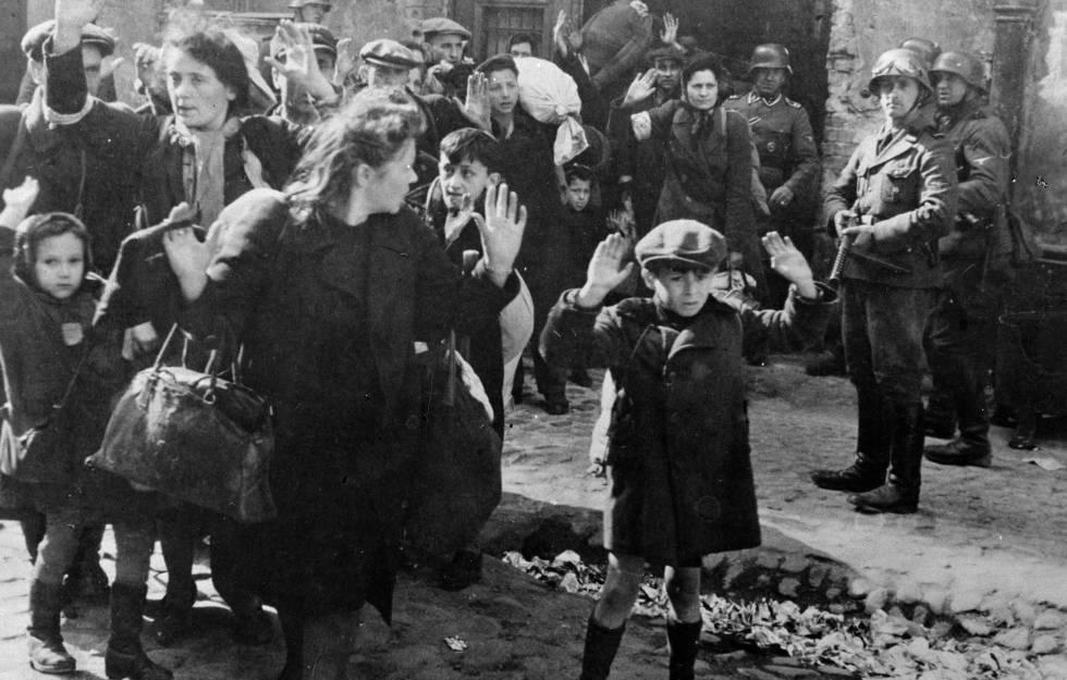 Asalto al gueto de Varsovia por tropas nazis en 1943.