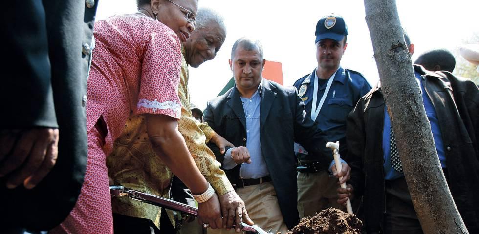 Nelson Mandela y Graca Machel plantan un árbol en Soweto en 2008.
