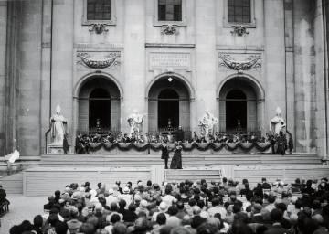 Primera representación de 'Jedermann', de Hugo von Hofmannsthal, delante de la catedral de Salzburgo el 22 de agosto de 1920.