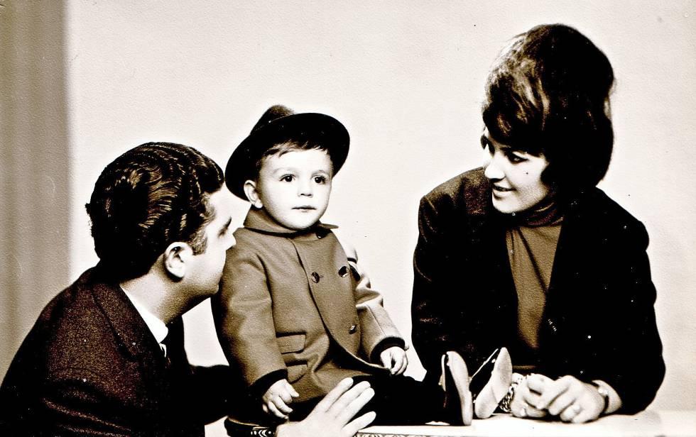 El escritor Manuel Vilas, con sus padres en una imagen de los sesenta.