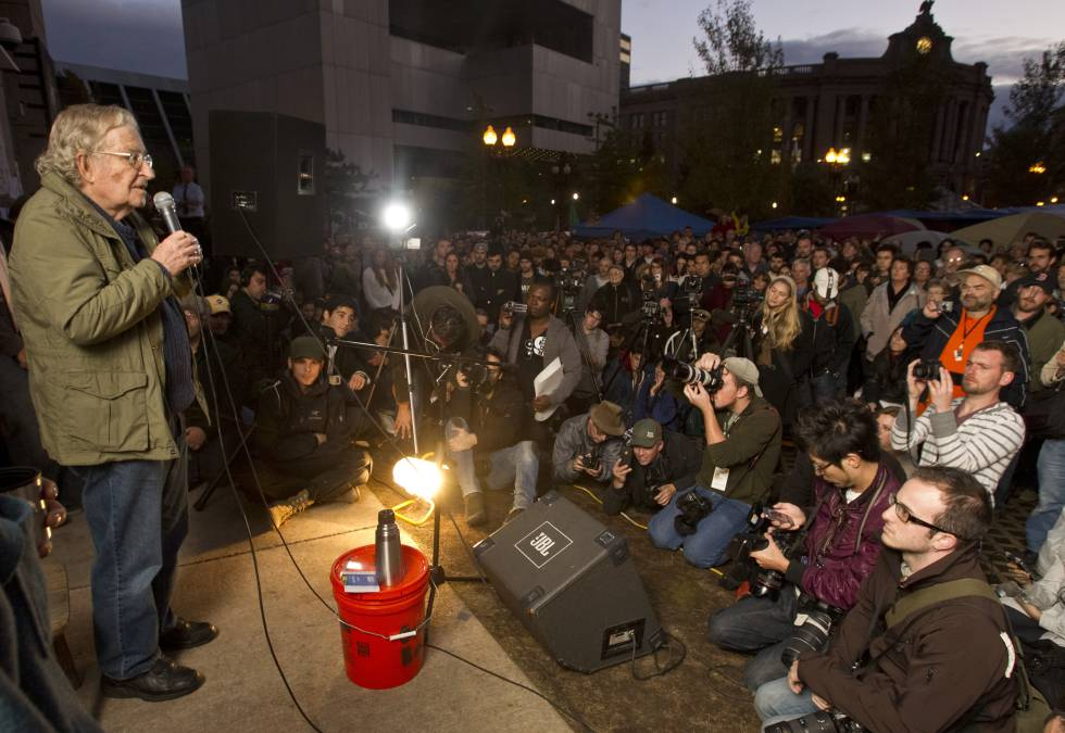 Noam Chomsky, impartiendo una clase en la Free School University, iniciativa del colectivo Occupy Boston, en octubre de 2011.