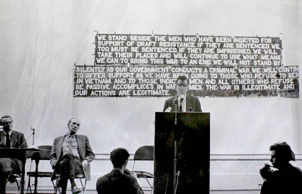 Chomsky, hablando en un mitin en defensa de los insumisos de la guerra de Vietnam, en Nueva York en 1968.