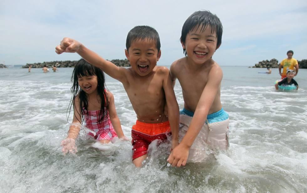 Niños bañándose en la playa de Nakoso (Fukushima), en julio de 2012, en el primer baño tras el accidente nuclear del año anterior.