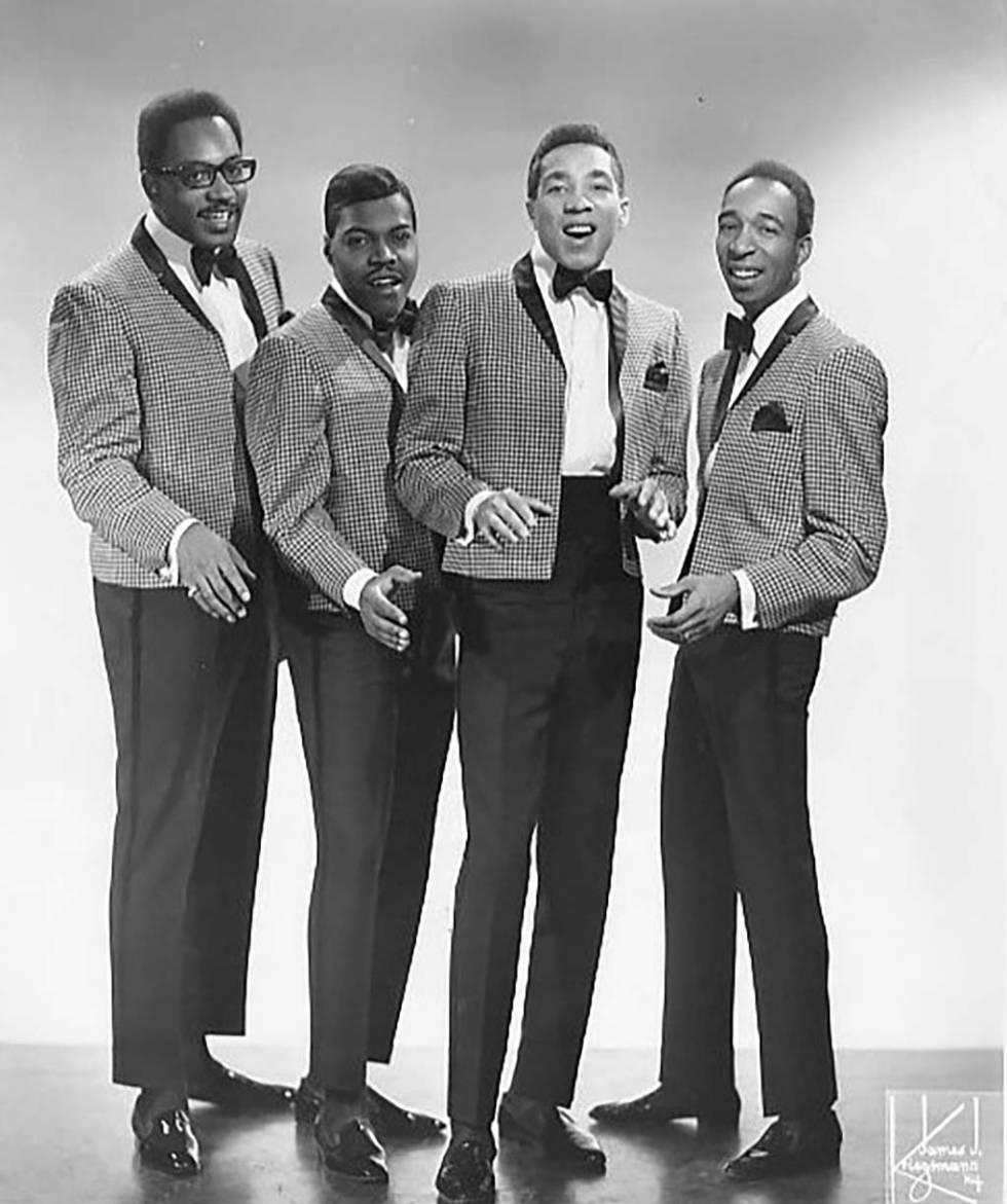 Smokey Robinson & The Miracles. Robinson es el tercero empezando por la izquierda.