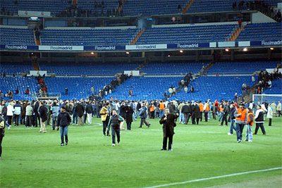 Por Estadio Desalojado Un Santiago Bernabéu El Bomba De Aviso YDe9WE2IH