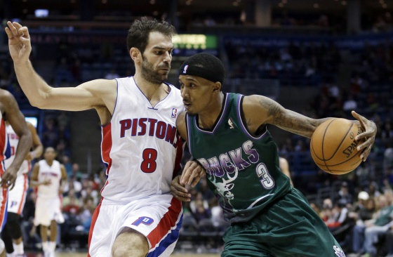 Calderón intenta impedir el avance de Brandon Jennings.