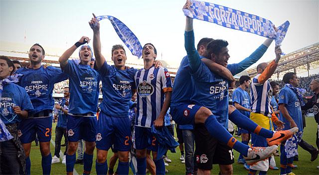 Os jogadores do Deportivo celebram a ascensão em Riazor.
