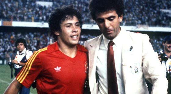MUNDIAL DE FÚTBOL: Valencia, 16-6-1982.- El autor del gol de Honduras ante España, Zelaya, se retira del terreno de juego con la camiseta de la selección española puesta al término del encuentro.