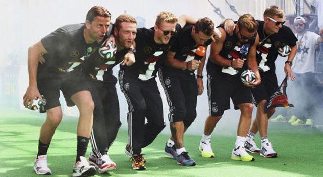 Os jogadores alemães comemoram o título em Berlim.