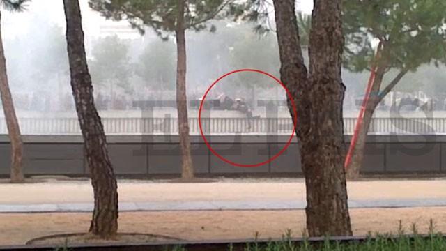 Integrantes de torcida do Atlético jogam Francisco Romero em rio