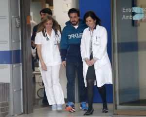 Fernando Alonso sale del Hospital General de Cataluña el pasado domingo.