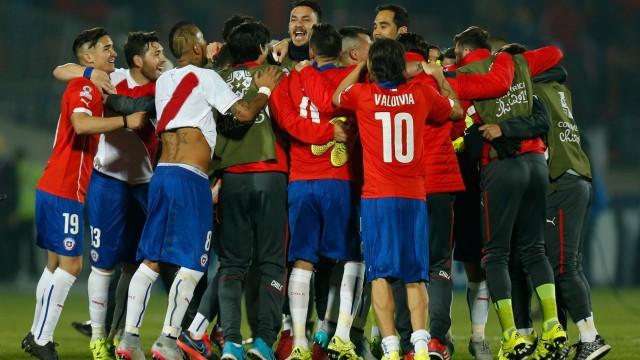 Jogadores do Chile comemoram a classificação para a final.