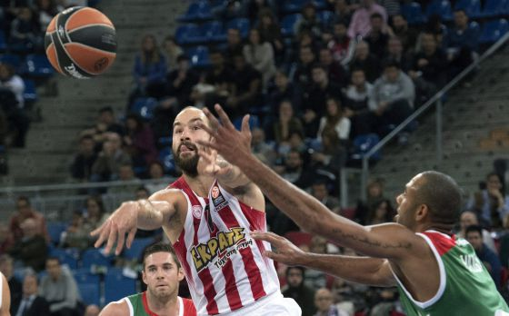 Spanoulis pasa entre la defensa local.