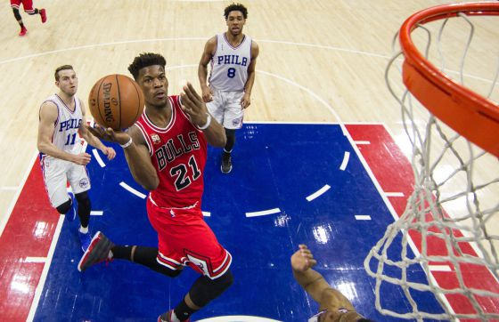Butler supera la defensa de los Sixers.