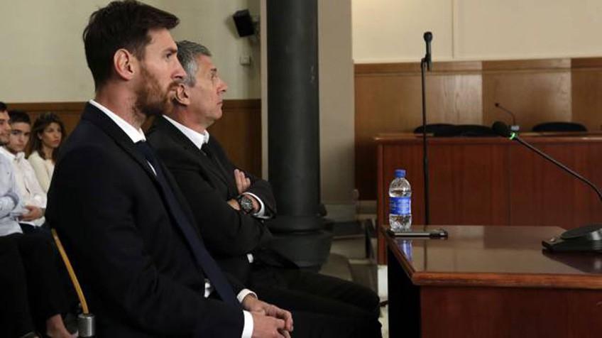 Messi e seu pai no tribunal nesta quinta, dia 2 de junho.