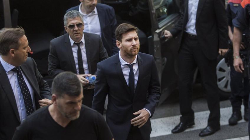 Messi ao deixar o tribunal regional de Barcelona depois de prestar depoimento.