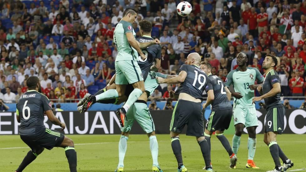 Ronaldo arremata para fazer o primeiro gol de Portugal. CARL RECINE REUTERS / Vídeo: uefa.com