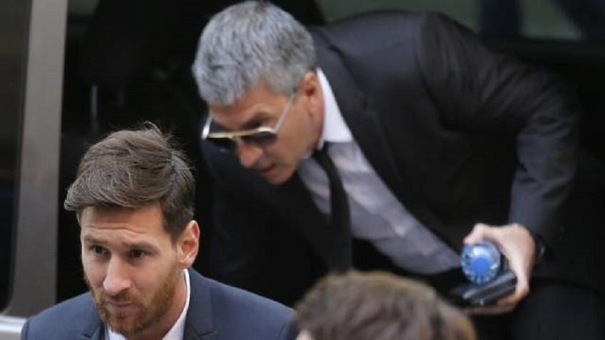 Messi, junto a seu pai, nos Tribunais de Barcelona em junho.