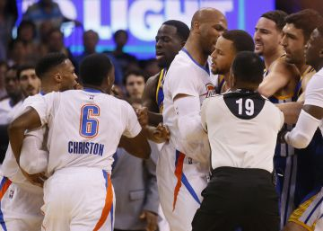 Curry supera a Westbrook en un duelo con reyerta