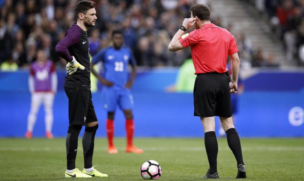 b9e965d89d72c El árbitro Zwayer escucha a los asistentes de vídeo en el Francia-España.  Y. VALAT EFE