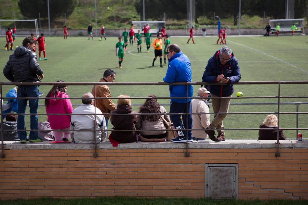 3d02845c3 Un grupo de padres asiste a un partido de sus hijos en el sur de Madrid