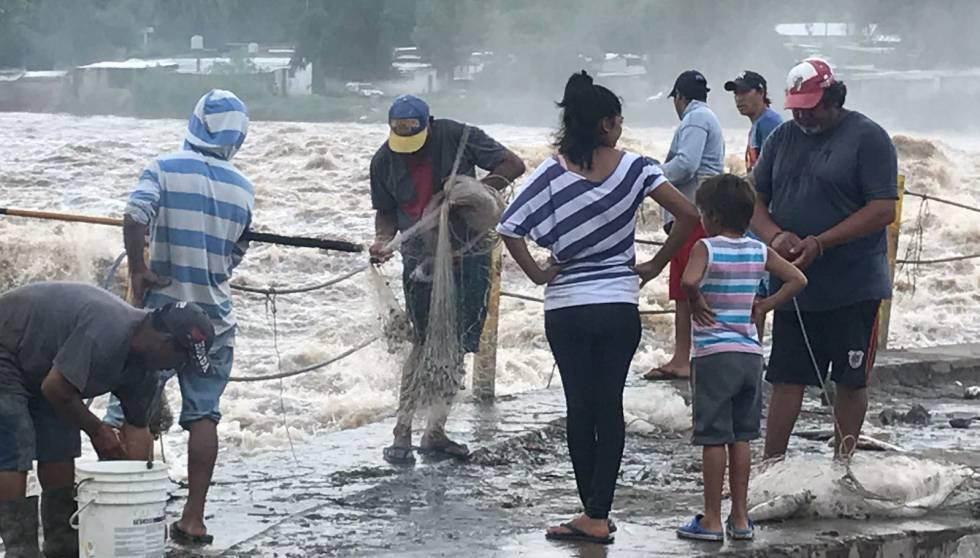 Vecinos De Termas Junto Al Dique De Rio Hondo