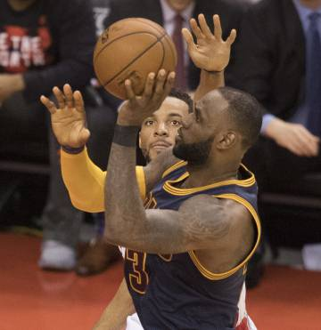 Los Spurs sucumben en Houston y LeBron barre en Toronto