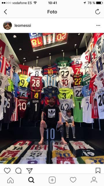 c992d3860d6ab0 Messi enseña su colección de camisetas de rivales | Deportes | EL PAÍS