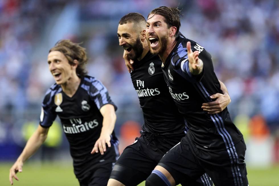 Modric, Benzema y Ramos celebran el segundo gol del Madrid al Málaga.