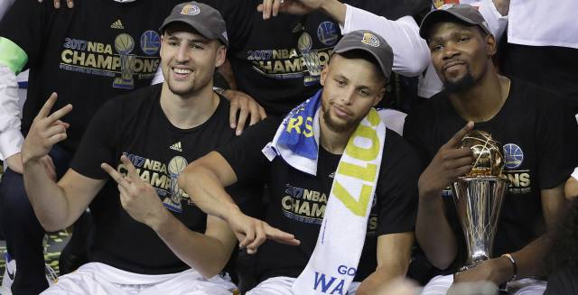 Thompson, Curry y Durant, con el trofeo al MVP.
