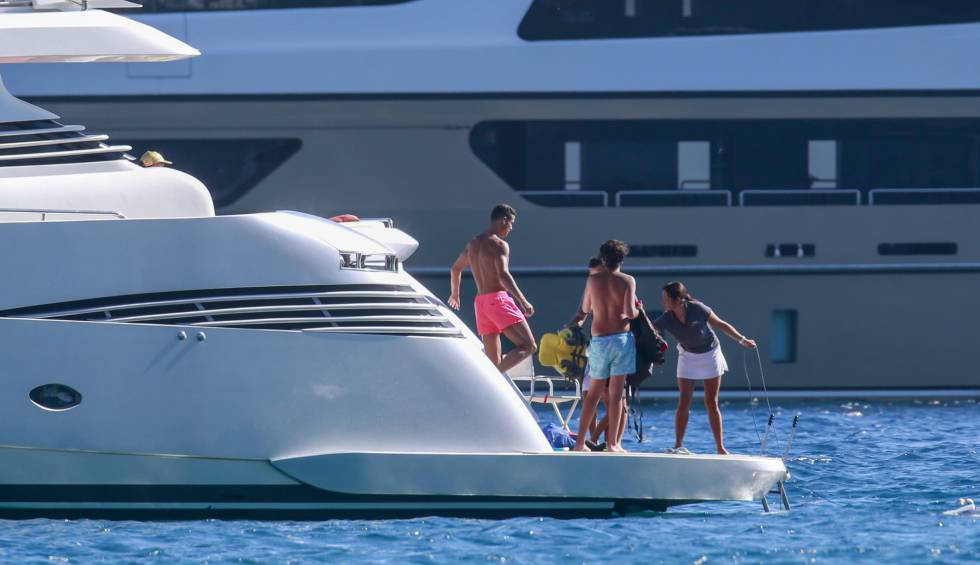 Cristiano, de pantalón rosa, embarcado en Ibiza.