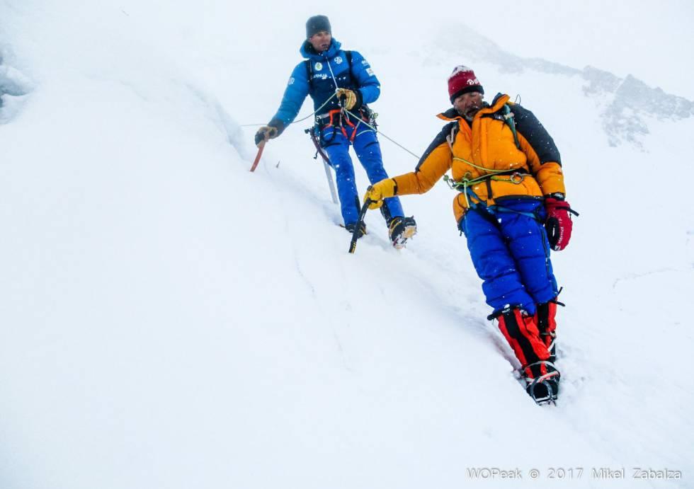 Alberto Iñurrategi asegura el descenso del Italiano Valerio Annovazzi, tras su rescate en el Gasherbrum II