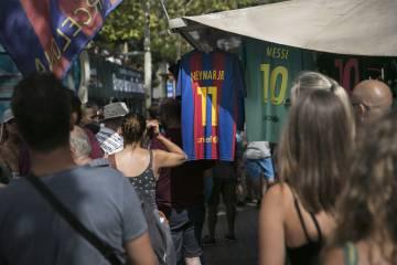 Tiendas en las afueras del Camp Nou.