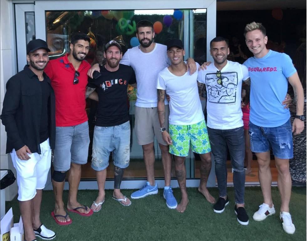 Los jugadores del Barcelona con Neymar (y Alves) este martes.