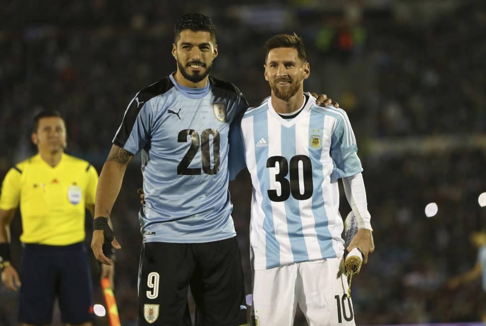 Suarez Y Messi En La Noche Del Estadio Centenario Forman El  Con Sus