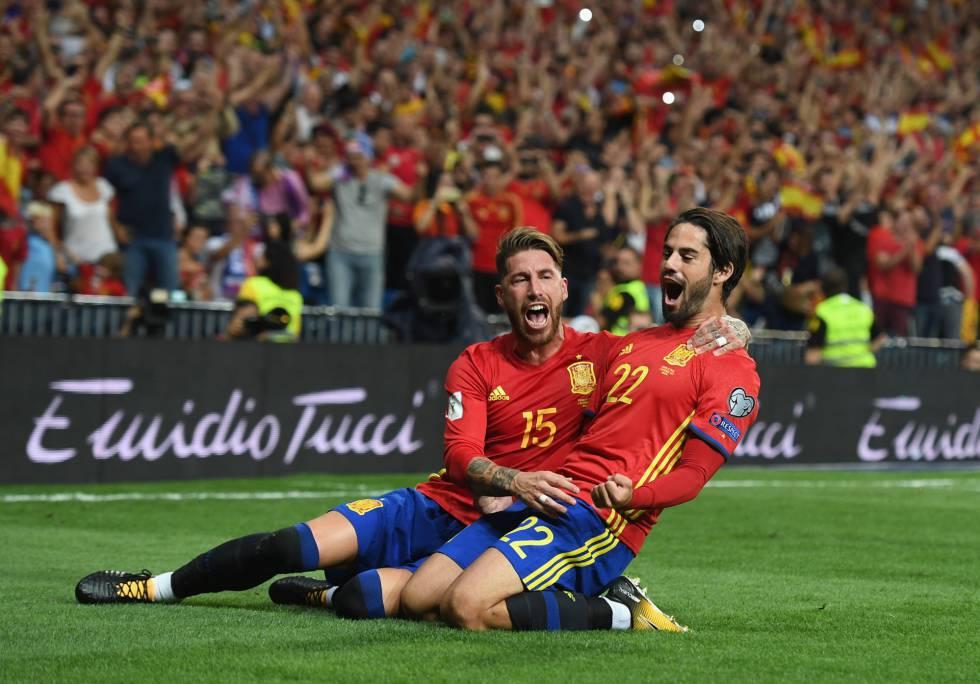 Isco celebra su primer gol a Italia con Ramos.