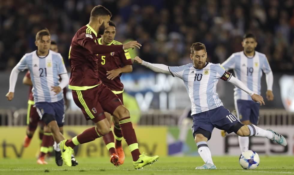 Lionel Messi remata ante el bloqueo de la defensa venezolana.