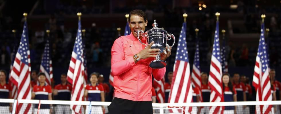 Nadal posa en la pista Arthur Ashe con el trofeo de campeón del US Open.