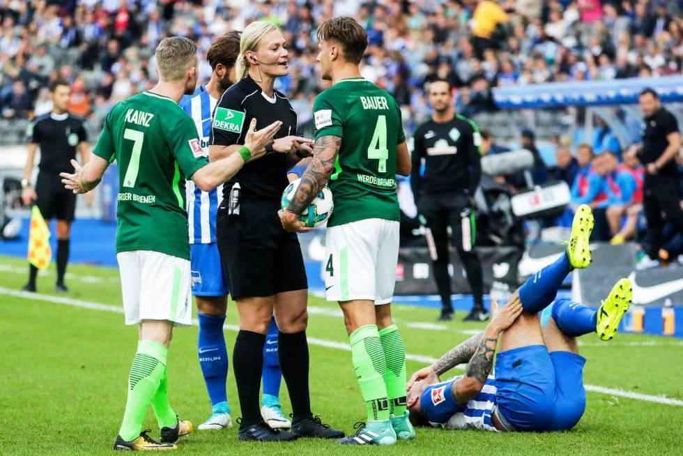 Bibiana Steinhaus, durante una acción del partido entre el Hertha y el Werder Bremen.