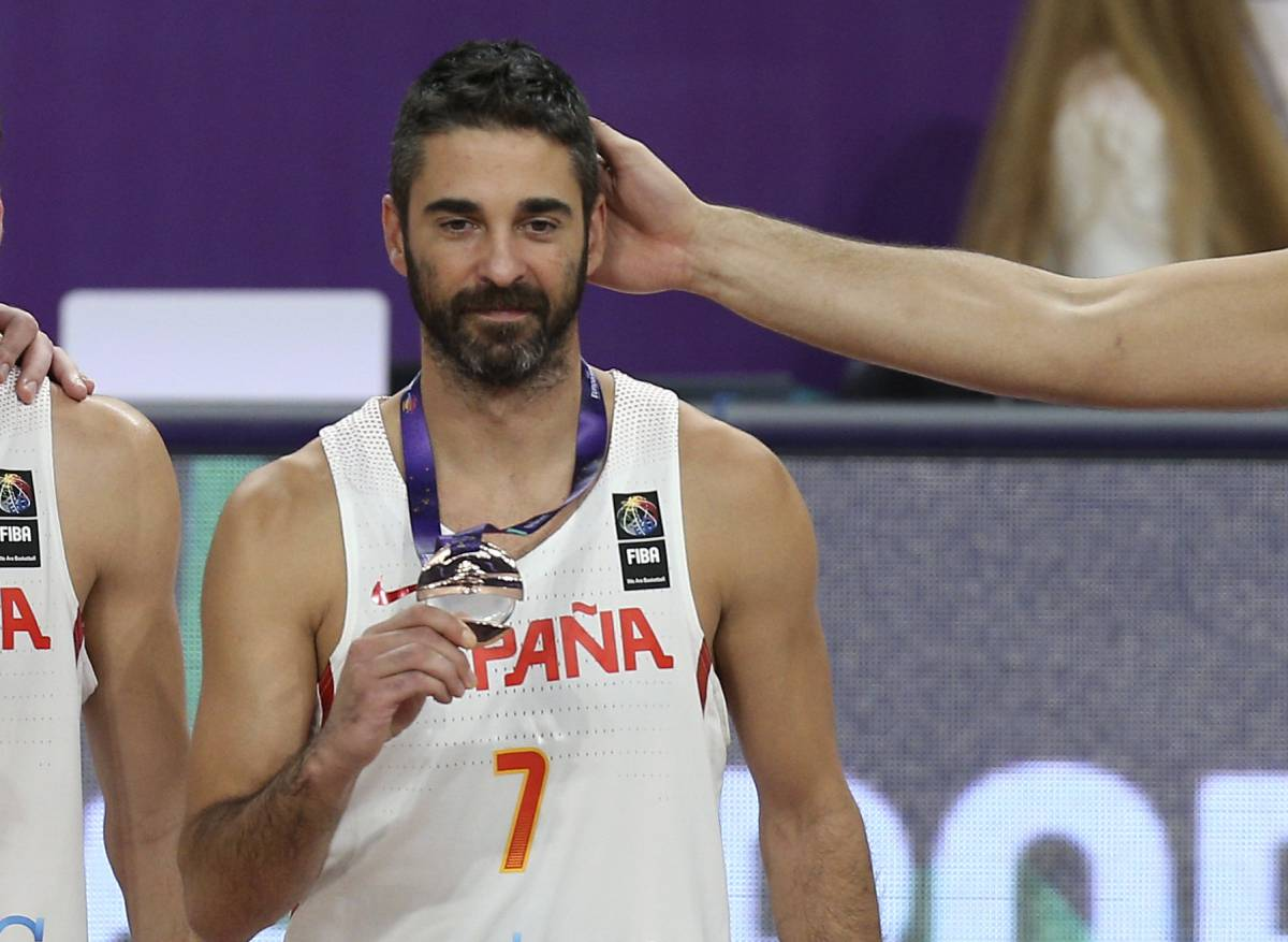 Spain's Juan Carlos Navarro displays his medal after defeating Russia during their Eurobasket European Basketball Championship bronze medal match in Istanbul, Sunday, Sept. 17. 2017. (AP PhotoEmrah Gurel)