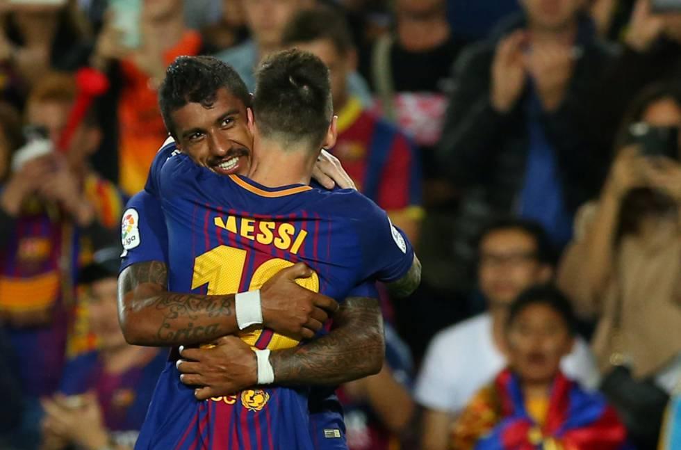 Paulinho y Leo Messi celebran un gol en el encuentro contra el Eibar.