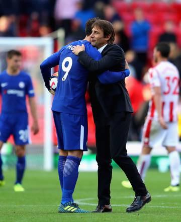 Conte abraza a Morata al finalizar el partido en Stoke.