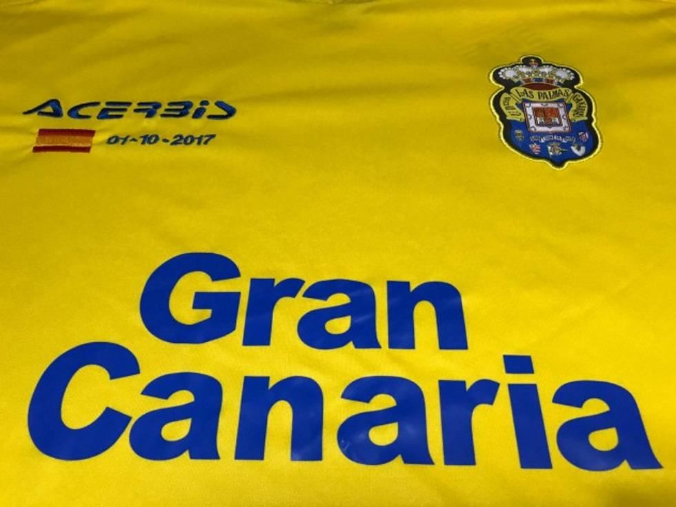 Las Palmas juega frente al Barcelona con una camiseta con la bandera de  España.