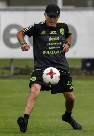 El seleccionador Osorio durante uno de los entrenamientos.