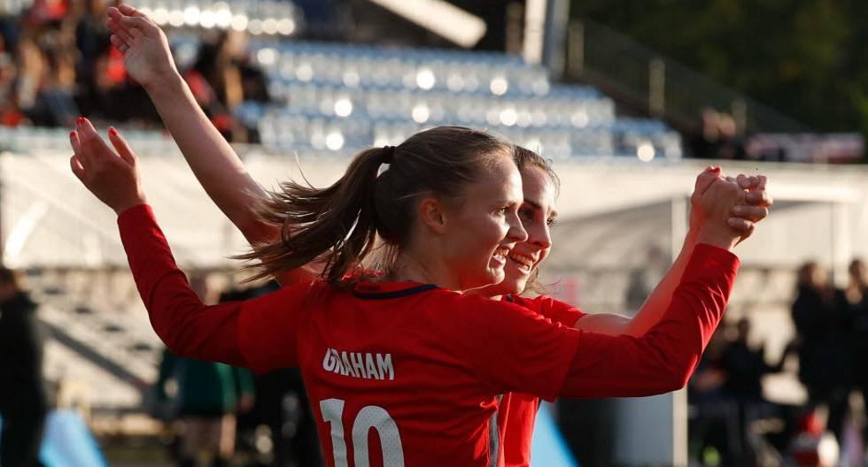 Caroline Graham, la 10 de Noruega, celebrando un gol junto a Ingrid Moe Wold.
