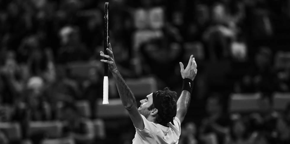 Federer festeja su victoria contra Nadal, ayer en Shanghái.