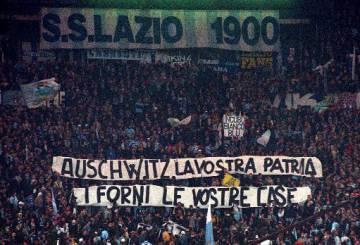 Una pancarta en 1998 en un partido de la Lazio contra contra la Roma.